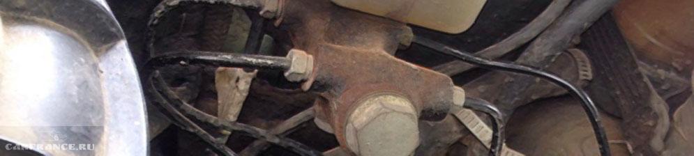 Главный тормозной цилиндр на ВАЗ-2110 вблизи под капотом