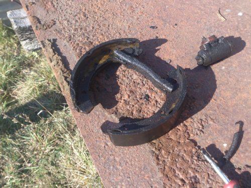 Грязные колодки и цилиндр, снятые с тормозного механизма заднего колеса ВАЗ-2110
