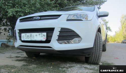 Форд Куга в белом цвете клиренс автомобиля спереди