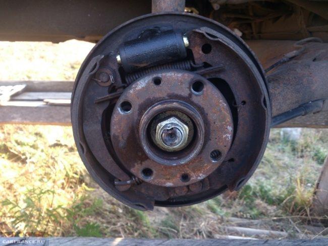 Тормозной механизм заднего колеса с новым цилиндром в автомобиле ВАЗ-2110