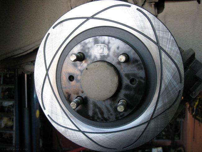 Новый тормозной вентилируемый диск на ступице переднего колеса ВАЗ-2110