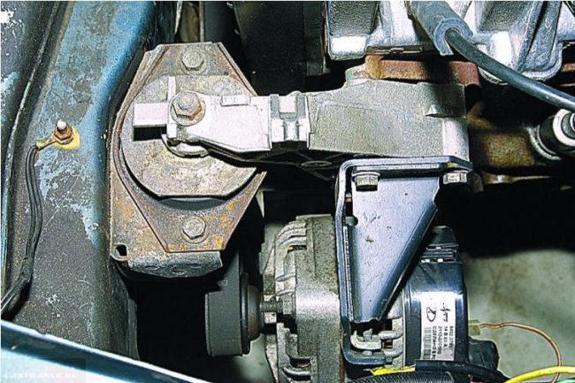 Правя опора двигателя и генератор под капотом автомобиля ВАЗ-2110
