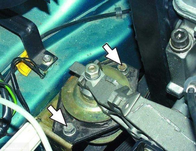 Гайки крепления правой подушки инжекторного двигателя в ВАЗ-2110