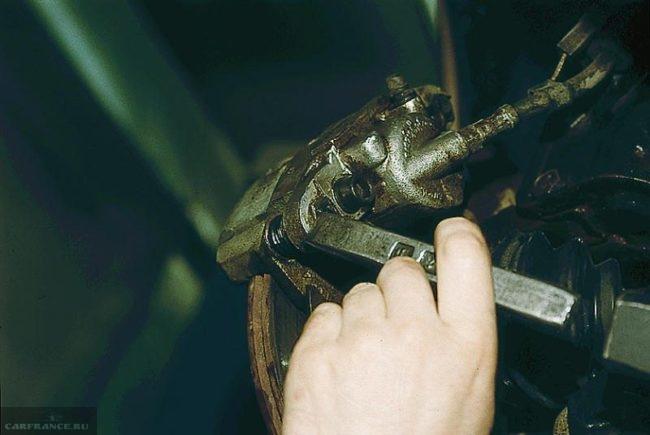 Отгибание стопорной пластины болта супорта передних колодок ВАЗ-2110