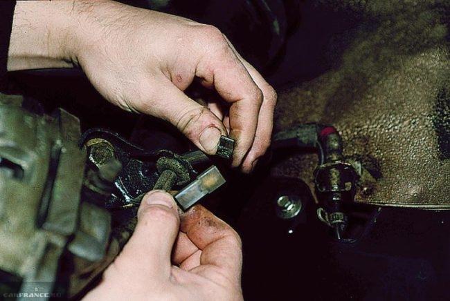 Рассоединение разъема датчика износа передних колодок ВАЗ-2110