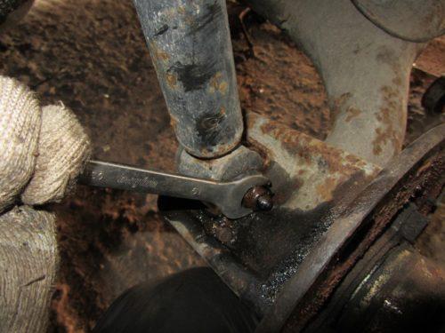 Гайка нижнего крепления задней стойки в ВАЗ-2110