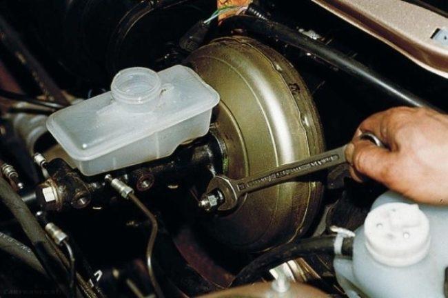 Демонтаж главного цилиндра ВАЗ-2110