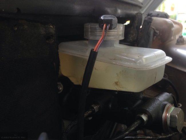 Отсоединение клеммы датчика уровня тормозной жидкости ВАЗ-2110 под капотом