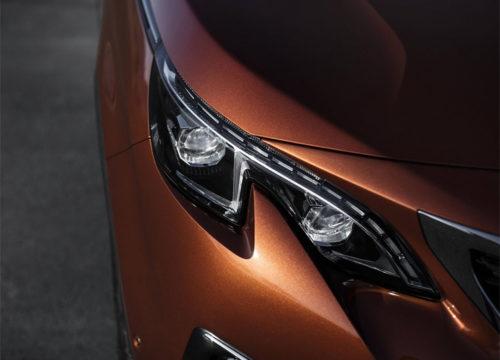 Фото головной фары со светодиодными лампами автомобиля Пежо 3008 2018 модельного года
