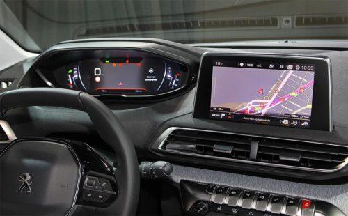 Приборная панель и монитор навигатора в Пежо 3008 2018 модельного года