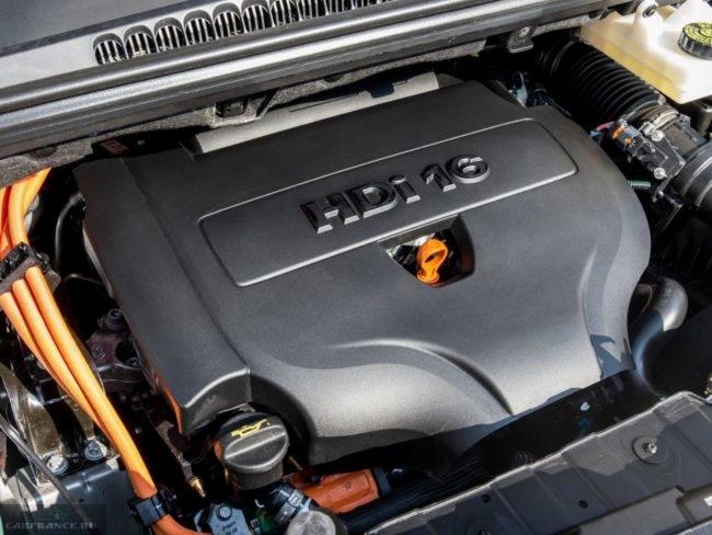 Турбированный дизельный двигатель под капотом Пежо 3008 2018 модельного года
