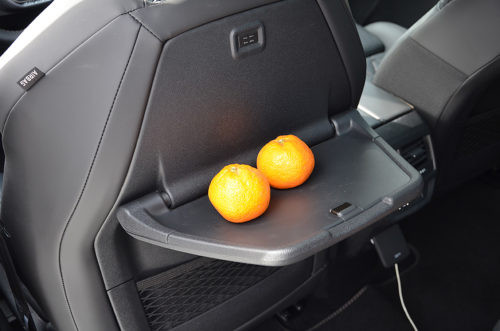 Столик для пассажиров на спинке переднего сидения в Пежо 5008 2018 года производства
