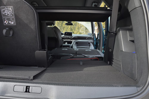 Отсек для перевозки длинных предметов салоне кроссовера Пежо 5008 2018 года производства
