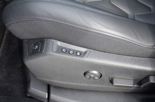 Кнопки регулировки положения сидения водителя в салоне кроссовера Пежо 5008 2018 года производства