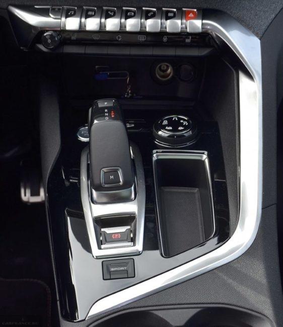 Рукоятка автоматической коробки передач в салоне кроссовера Пежо 5008 2018 года