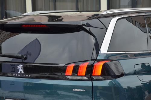 Стильный задний фонарь на кузове Пежо 5008 2018 модельного года