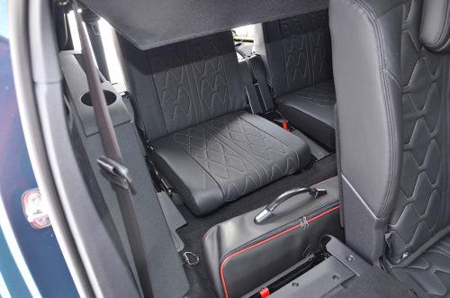 Последний ряд пассажирских сидений в салоне Пежо 5008 2018 модельного года
