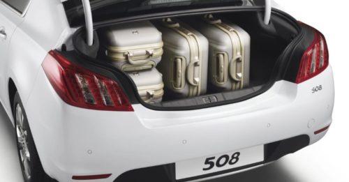 Открытый багажник с чемоданами в Пежо 508 2018 модельного года