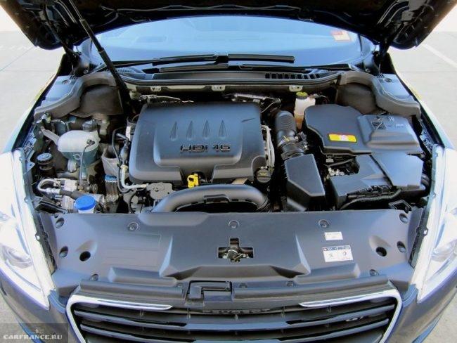 Моторный отсек с дизельным двигателем в Пежо 508 2018 модельного года