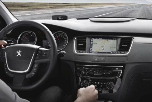 Передняя панель в салоне автомобиля Пежо 508 2018 модельного года