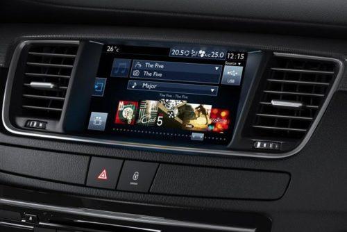 Дисплей информационно-развлекательной системы на передней консоли в Пежо 508 2018 модельного года
