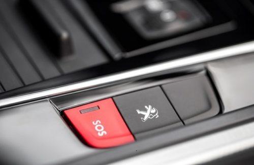 Кнопка включения аварийной сигнализации на центральном тоннеле в Пежо 508 2018 модельного года