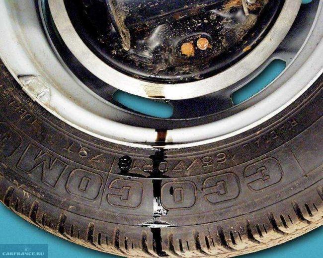 Следы подтекание тормозной жидкости на заднем колесе автомобиля ВАЗ-2110