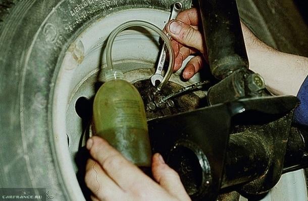 Спуск воздуха из тормозного контура заднего колеса в ВАЗ-2110
