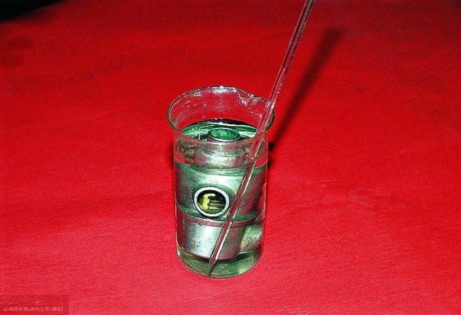 Стеклянная емкость с водой, термометром и с термостатом от ВАЗ-2110