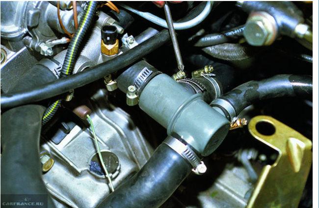 Термостат с патрубками под капотом ВАЗ-2110