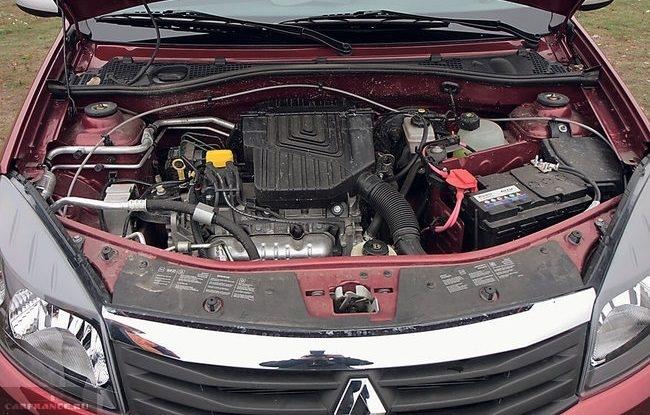 Моторный отсек с бензиновым двигателем автомобиля Рено Сандеро 2018 года