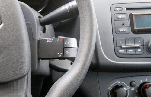 Переключатель режимов работы аудиосистемы с правой стороны рулевого колеса в Рено Сандеро 2018 года