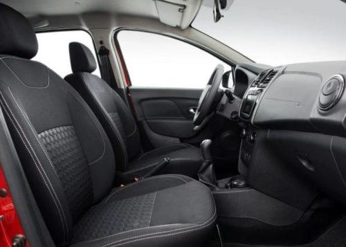 Интерьер передней части салона автомобиля Рено Сандеро 2018 модельного года