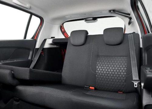 Откинутая вперед спинка заднего сиденья в Рено Сандеро 2018 года производства