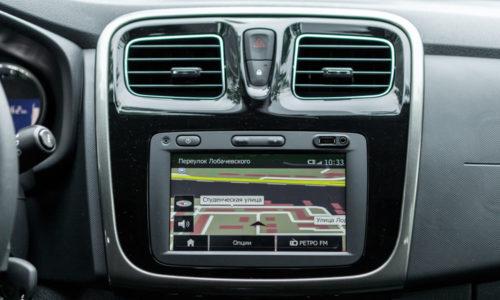Сенсорный монитор на передней консоли в салоне автомобиля Рено Сандеро 2018 года