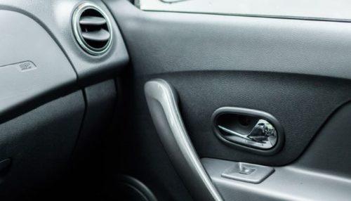 Рукоятка открывания двери и кнопки управления стеклоподъемником на пассажирской двери в Рено Сандеро 2018 года
