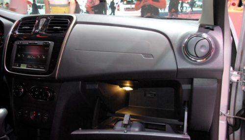 Перчаточный ящик с откинутой крышкой в автомобиле Рено Сандеро 2018 года производства