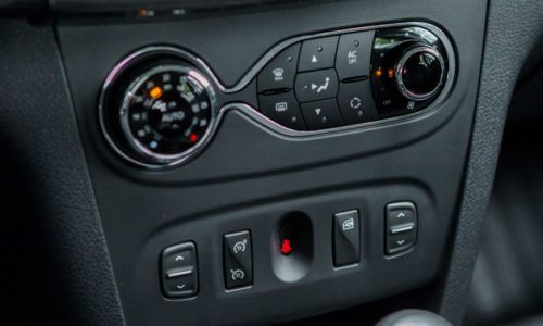 Кнопки и переключатели на центральной консоли автомобиля Рено Сандеро 2018 модельного года