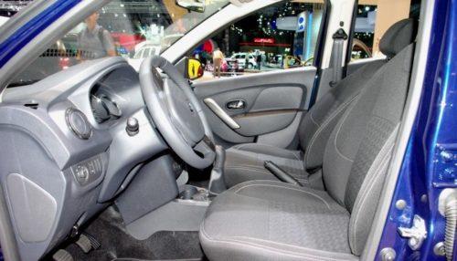 Рулевая колонка и передние сиденья внутри автомобиля Рено Сандеро 2018 модельного года