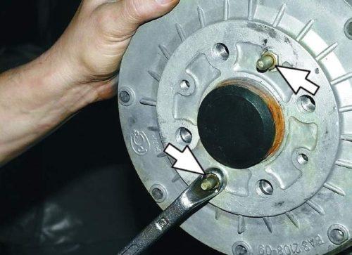 Направляющие штифты на заднем тормозном барабане в ВАЗ-2110
