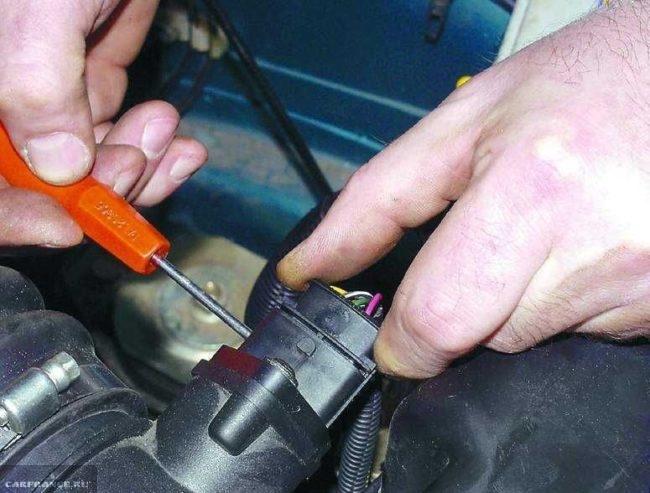 Снятие датчика массового расхода воздуха в двигателе автомобиля ВАЗ-2110