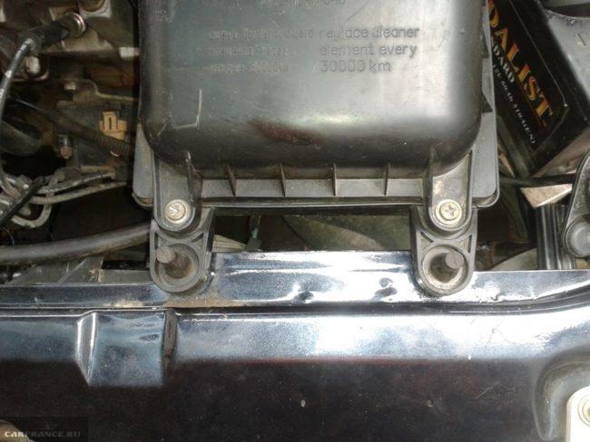 Места закрепления кожуха воздушного фильтра на кузове в ВАЗ-2110