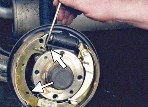 Стягивающие пружины задних колодок в тормозном механизме ВАЗ-2110