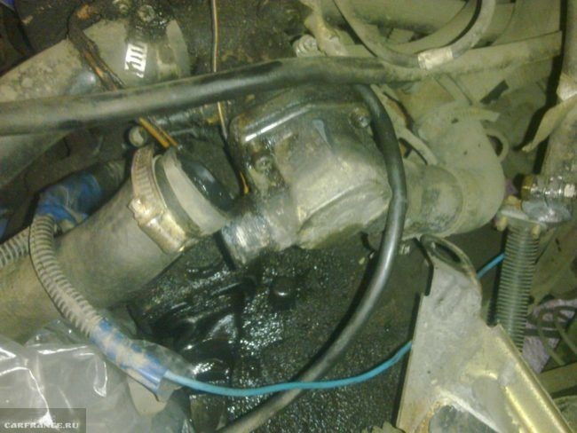 Снятие патрубка охлаждающей жидкости с термостата в автомобиле ВАЗ-2110