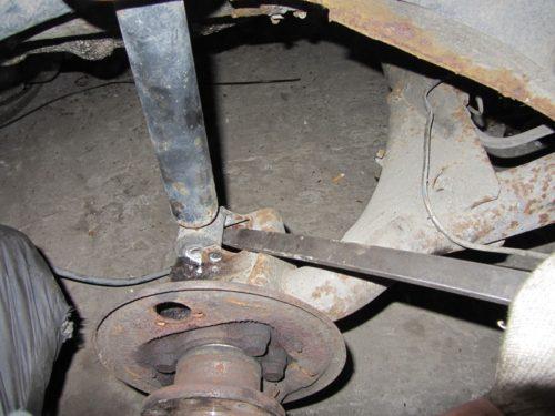 Использование монтировки для снятия задней стойки в автомобиле ВАЗ-2110
