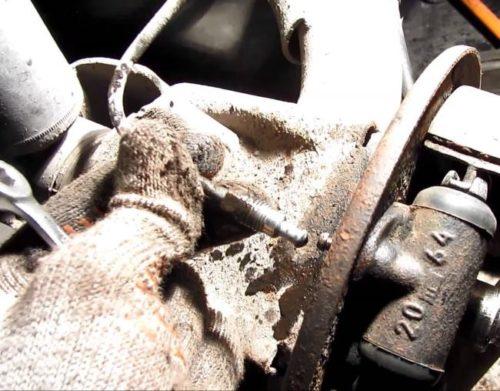 Отсоединение тормозной трубки от заднего цилиндра в ВАЗ-2110