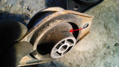 Изношенная опора двигателя с видимой трещиной от автомобиля ВАЗ-2110
