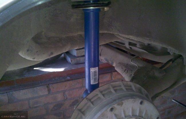 Новая стойка после замены в задней подвеске автомобиля ВАЗ-2110