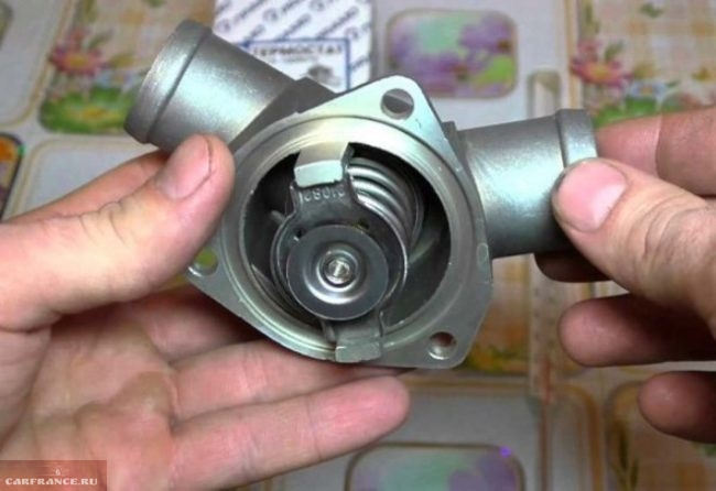 Новый термостат ВАЗ-2110 в сборе вид на внутренности