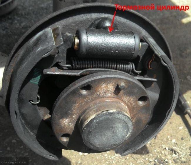 Тормозной механизм заднего колеса без барабана в автомобиле ВАЗ-2110